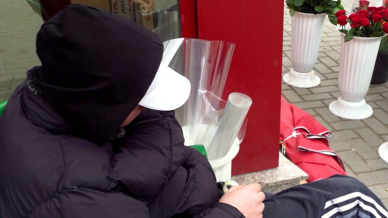 Vînzător ilegal de ghiocei pe strada Aleco Russo