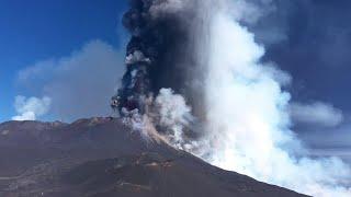 Etna, colonna di fumo alta 12 chilometri: le riprese dal drone della nuova eruzione