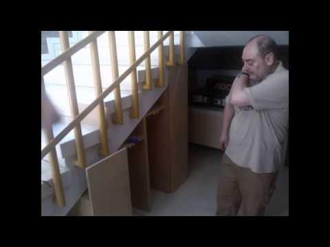 Cerramiento bajo escalera con mueble archivador y puerta for Puertas debajo escalera