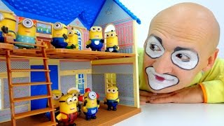 Funny videos for kids. Andrew the clown builds a house for Minions!