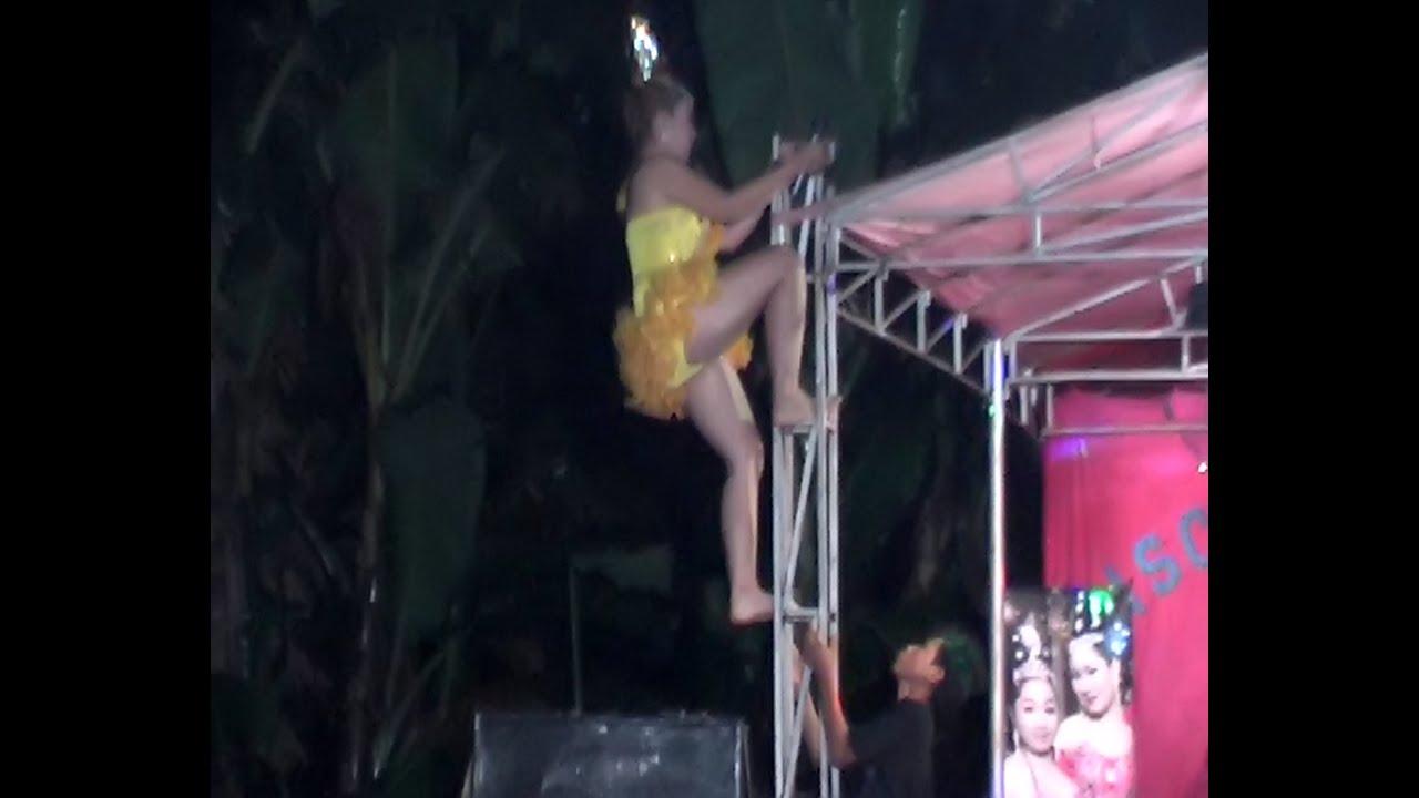 Dangdut hot dan extrime joget Manjat ke atap panggung - YouTube