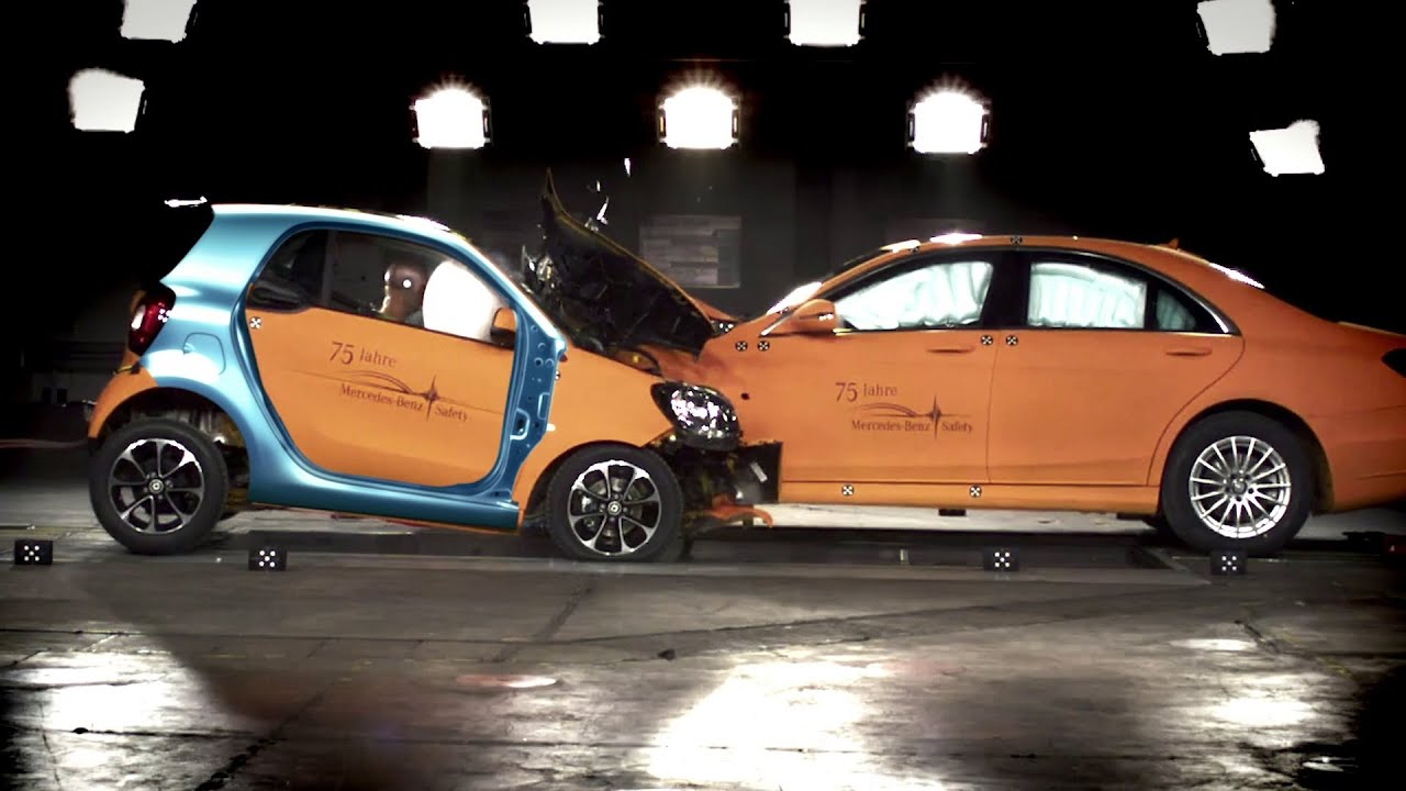 Smart fortwo vs s class crash test youtube for Smart car mercedes benz