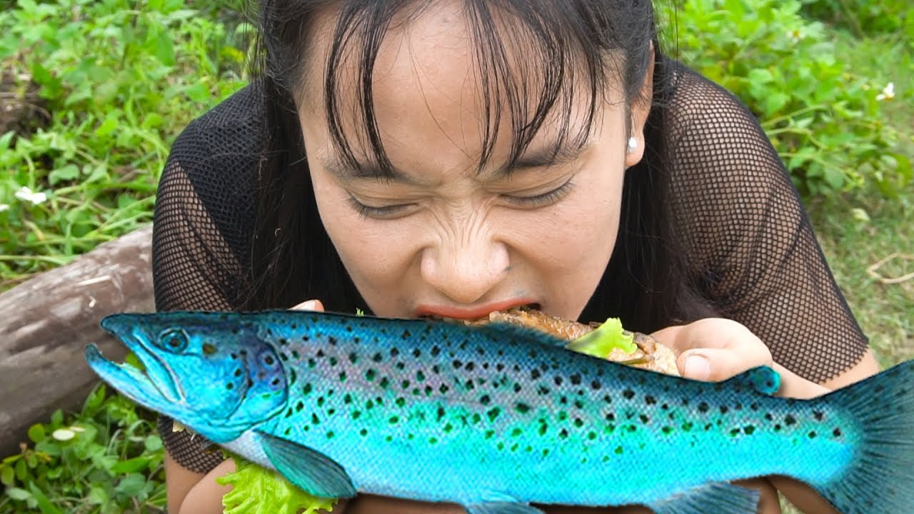 Survival skills   Looking For Food with Girl Friend   Fish Fry