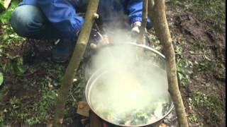 マタギの熊鍋を野外で作ります。 秋田県阿仁の根子マタギが捕った熊!!