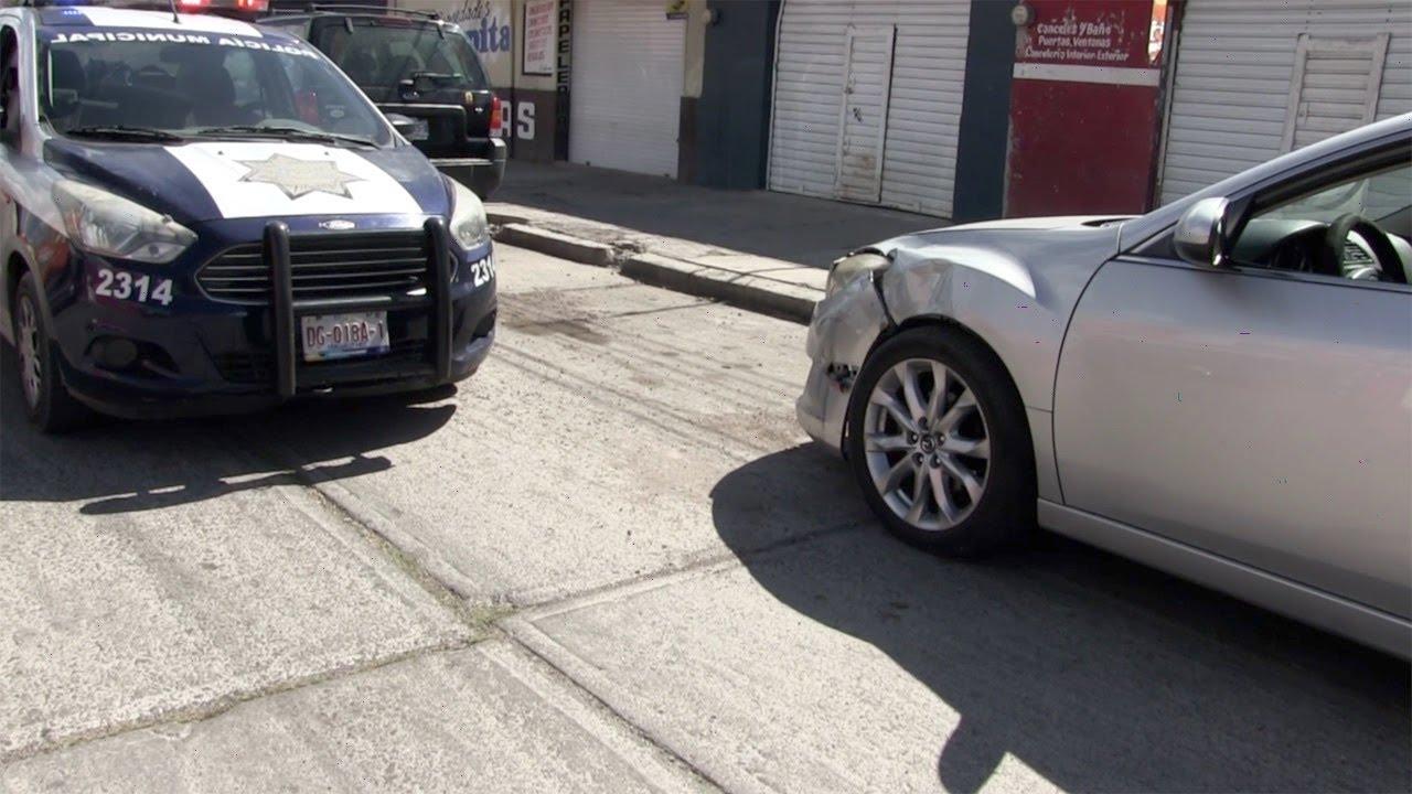 Impacta motocicleta contra vehículo; no hay lesionados