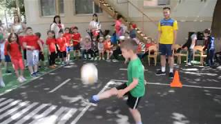 Футболист из детсада набивает мяч ногой 100 раз! Чеканка мяча
