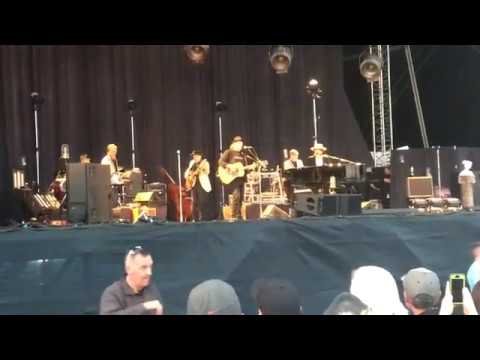 """Watch Bob Dylan, Neil Young Sing """"Will The Circle Be Unbroken?"""" In Ireland  