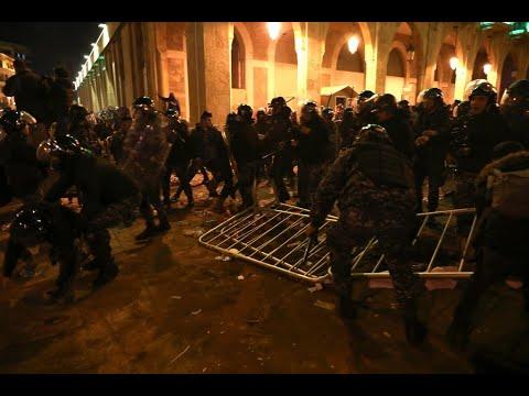 اشتباكات متكررة في بيروت.. وقنابل الغاز لتفريق المتظاهرين