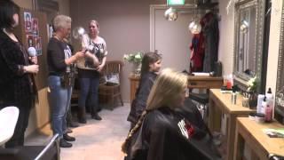 Emma en Alisha laten hun haar knippen voor Stichting Haarwensen