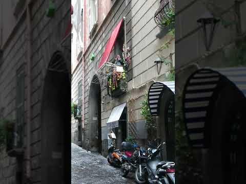 Topolino e il balcone della musica a Napoli
