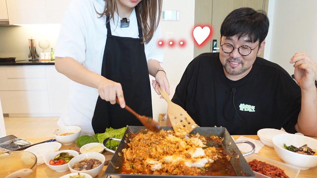 한상 거하게 차려놓은 그녀의 집에 초대를 받았습니다. 놀라운 요리 실력...