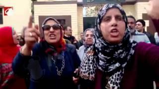"""بعد نقل 150 موظفًا بالشرقية.. المحتجون: """"قرار تعسفي من محافظ فاشل"""" (فيديو)"""