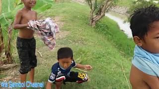 Anak Kecil Mancing Sambil Mandi Di Sungai