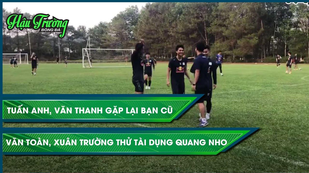Trợ lý của Hà Nội FC đến chào hỏi ban huấn luyện HAGL sau buổi tập tại Hàm Rồng