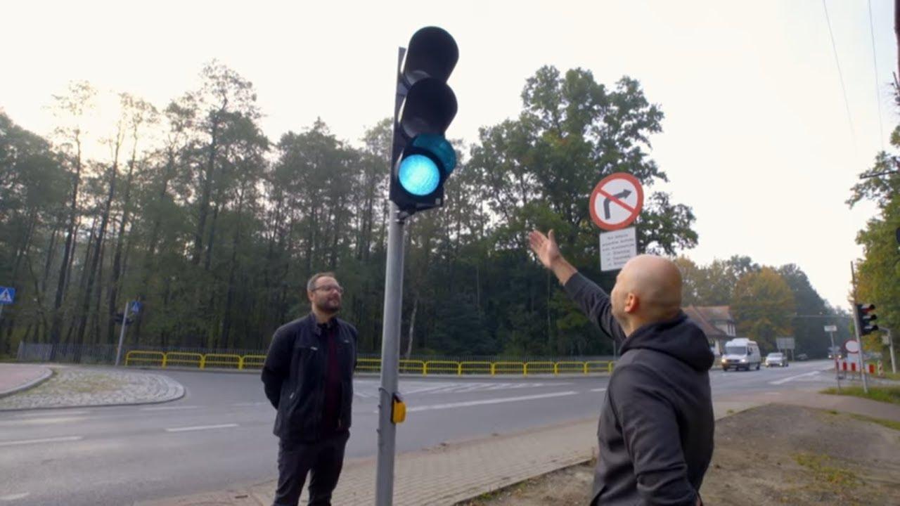 Mieszkańcy kamienicy dostali własną sygnalizacje świetlną! #Absurdy_Drogowe
