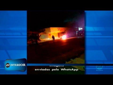 Carro pega fogo em rua de Araçatuba