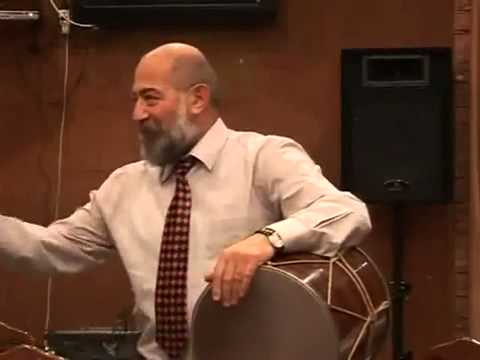Грузин, азербайджанец и армянин играют на барабане.)