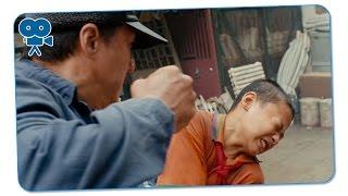 Мистер Хан спасает Дре от избиения Чэна с друзьями. Каратэ-пацан