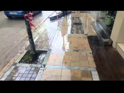 Ξεκολλησε μεταλικη υδρορροη απο κτιριο
