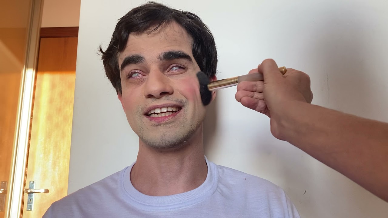 Como é a primeira vez de um cego se maquiando?