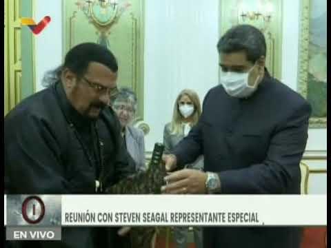 Maduro maniobra con una espada samurái que le regaló Steven Seagal