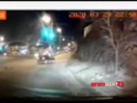 Во Владивостоке при ударе об бордюр девушка вылетела из салона авто