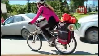 Муж и жена едут на велосипедах по России