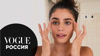 Тейлор Хилл показывает как уложить брови тушью для ресниц Vogue Россия