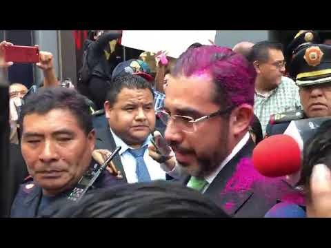 Manifestantes lanzan diamantina a Jesús Orta