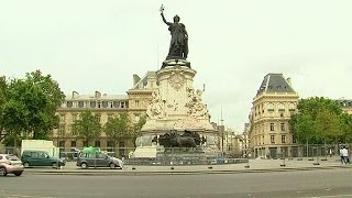 بالفيديو.. إزالة رسوما تضامنية مع ضحايا الارهاب من ساحة رئيسية بباريس