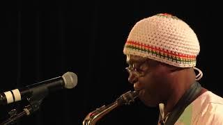 Roger Kom en live et son saxo - Jazz band Afrobeat