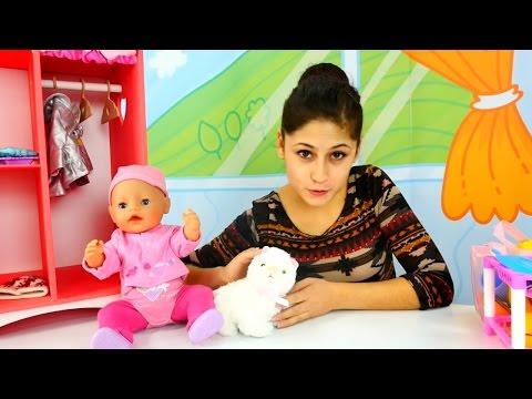 Ayşe Gül bebek ile parkta kediye sahipleniyor