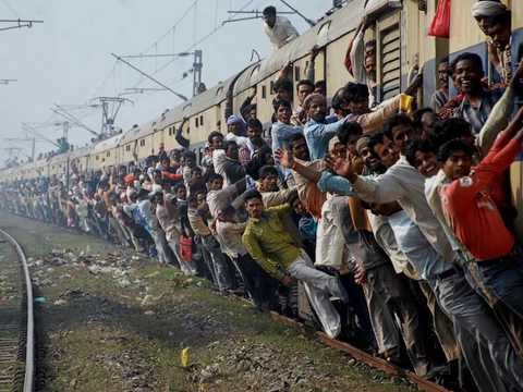 crowded-trains-in-india-and-accident---train-crashes
