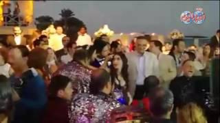 أخبار اليوم | ايمي وحسن الرداد يتوسطان الراقصة دينا وعبد الباسط