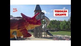 Nuestro triceratops de juguete va a tirarse por el tobogán gigante....
