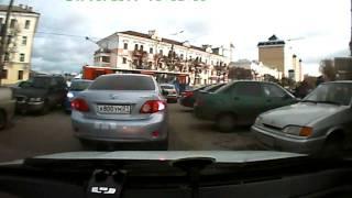 синий пежо поцарапал стоящее авто.AVI