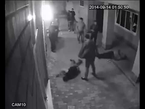 trois hommes s 39 engagent dans une bagarre de rue avec un professeur de karat youtube. Black Bedroom Furniture Sets. Home Design Ideas