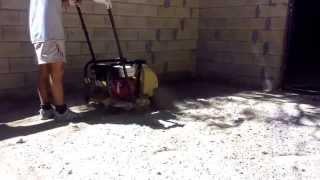 Работа виброплиты (вибротрамбовки) при трамбовке основания из песка и глины. HD.(Работа виброплиты (вибротрамбовки) при трамбовке основания из песка и глины. Аренда или прокат виброплиты..., 2015-09-24T06:49:49.000Z)