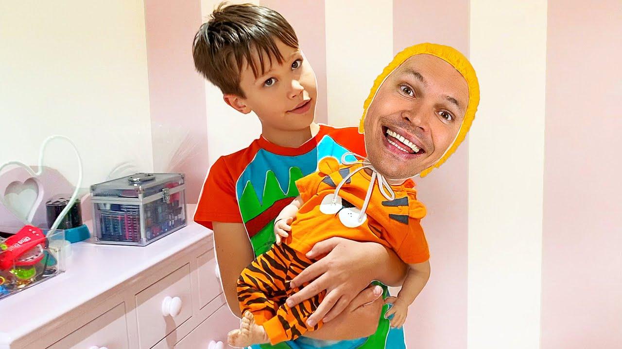 Макс нашёл куклу и занимается её как родитель