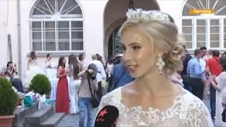 Вместо ЗАГСа - на парад! 60 женщин надели свадебные платья и вышли в город