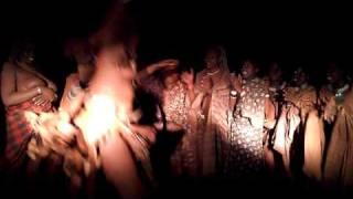 ナミビアに住む、少数民族のヒンバ族。女性は上半身裸なのですが、おっぱい丸出しで踊る激しいダンスには衝撃を受けるはず!
