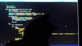 Кошка мешает работать играя с мышкой