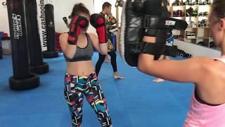 Frauen Kickboxen im City Thong