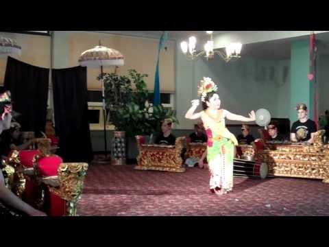 Tari Puspanjali, by I Nyoman Windha, performed by Gamelan Cahaya Asri.mp4