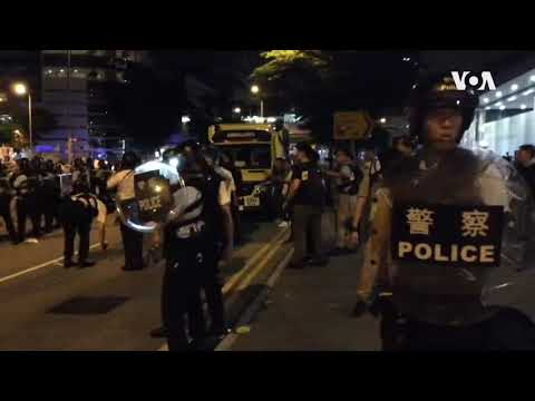 反《逃犯条例》修法大游行后防暴警察和学生激烈对峙