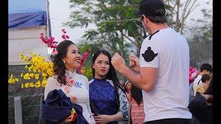 English Man Picking Up Vietnamese Girls 😂