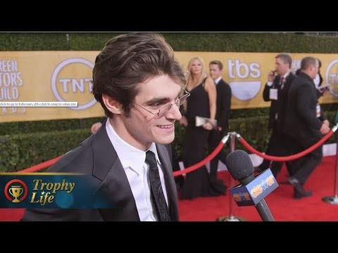 RJ Mitte Stole Walt Jr.'s Crutches Off Breaking Bad Set! 2014 SAG Awards