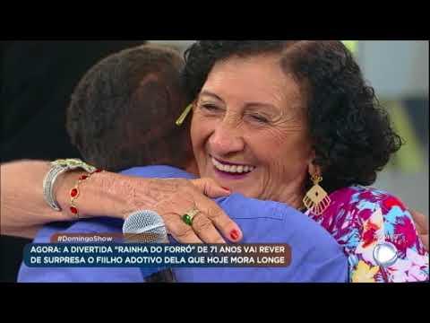 """""""Rainha do Forró"""" de 71 anos reencontra filho adotivo e irmão que não via há 48 anos"""