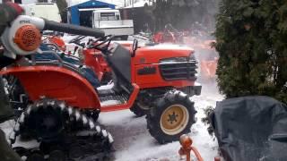 Odkurzanie mini ciągników ogrodniczych dmuchawą do liści.www.akant-ogrody.pl