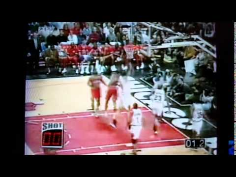 Rod Strickland Fakes all 5 Chicago Bulls for 2Q buzzer-beater (1997 Game 2)